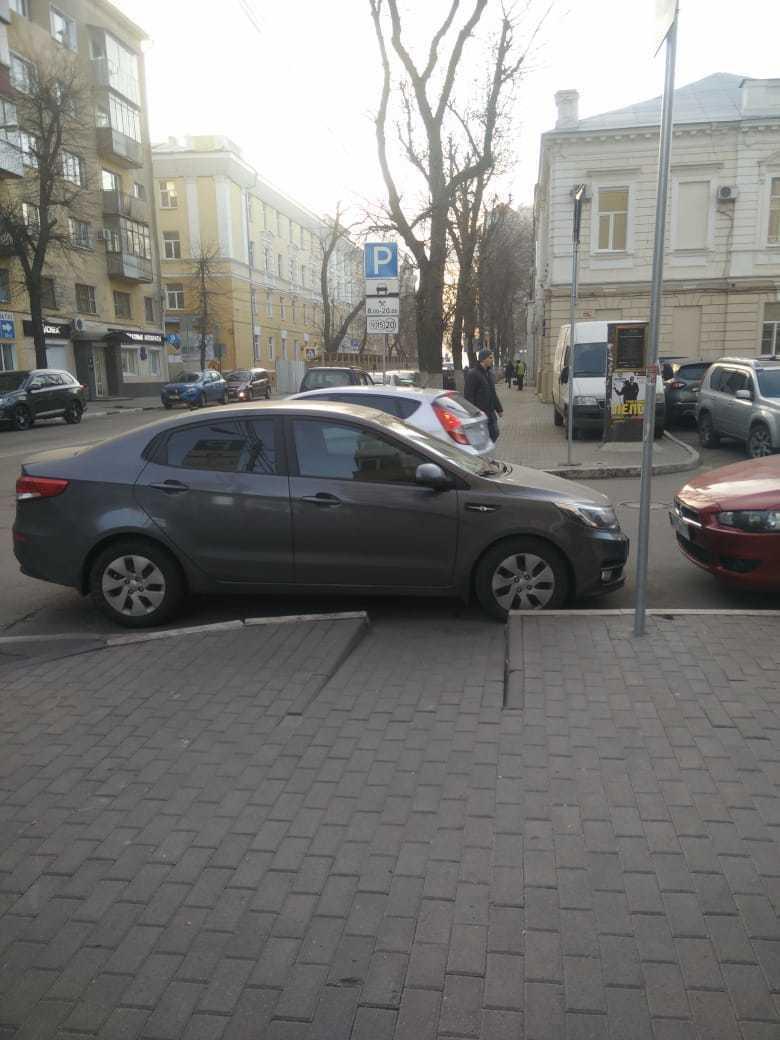 Ежедневное унижение пешеходов показали на фото с KIA в Воронеже
