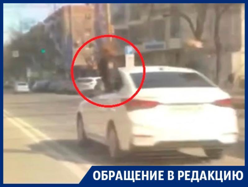 Девушки в полицейской форме покуражились на иномарке в Воронеже