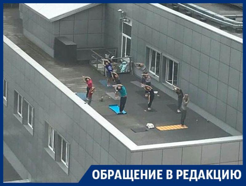 Йогу против акрофобии устроили на крыше ТЦ в Воронеже