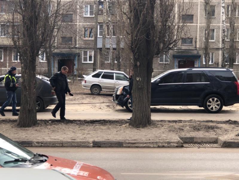 Нелепая авария  на тротуаре с участием Cadillac позабавила воронежцев
