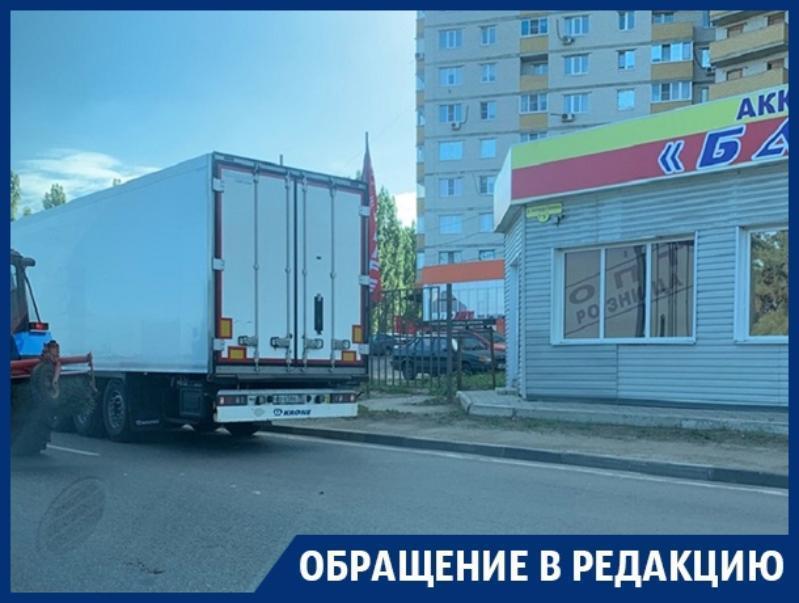 Фуры провоцируют пробки и аварийные ситуации в ожидании работы в Воронеже