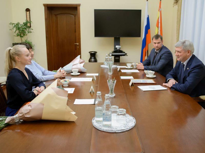 В Воронеже губернатор Гусев дал обещание звездной красавице-гимнастке