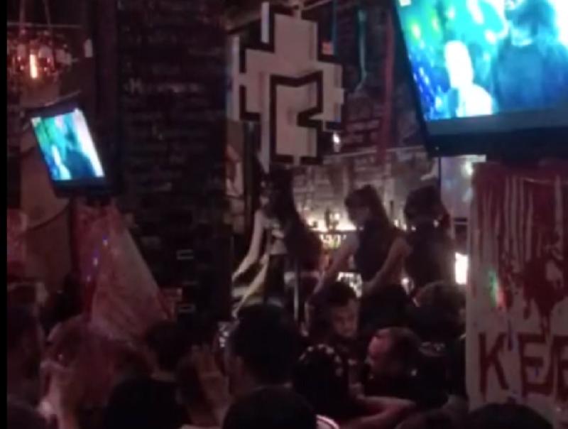 Грязные танцы фигуристых брюнеток сняли на стойке в Воронеже