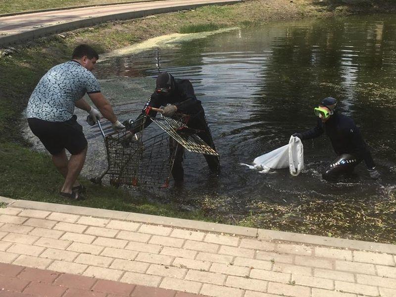 Со дна озера в Воронеже подняли четыре тележки из супермаркета