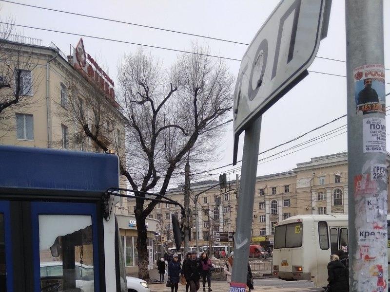 Центр Воронежа встал в гигантскую пробку из-за светофора