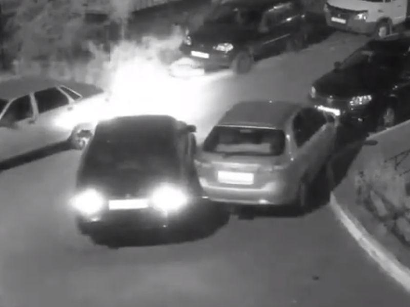 Камера запечатлела беззастенчивый побег с места ДТП в воронежском дворе
