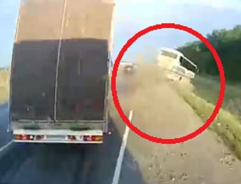 На видео сняли, как фура выталкивает автобус в кювет на М4 «Дон» в Воронежской области