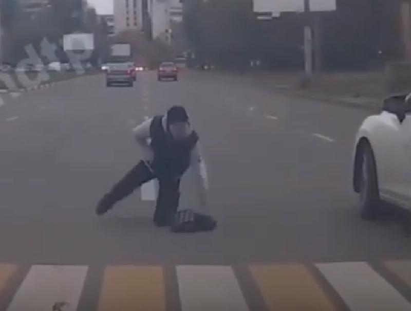 Момент наезда на неубиваемого пешехода сняла камера в Воронеже