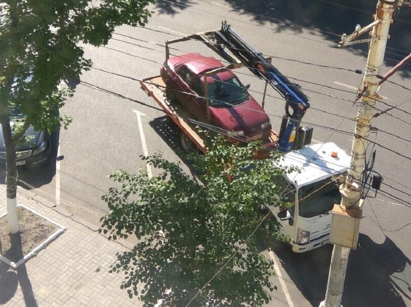 В Воронеже эвакуируют припаркованные по правилам машины