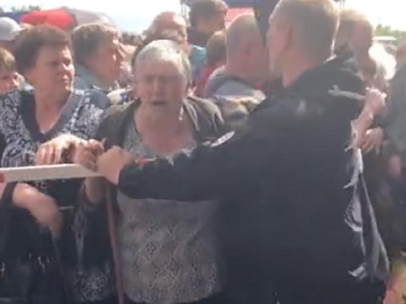 Дебош пенсионеров на открытии воронежского ТЦ попал на видео