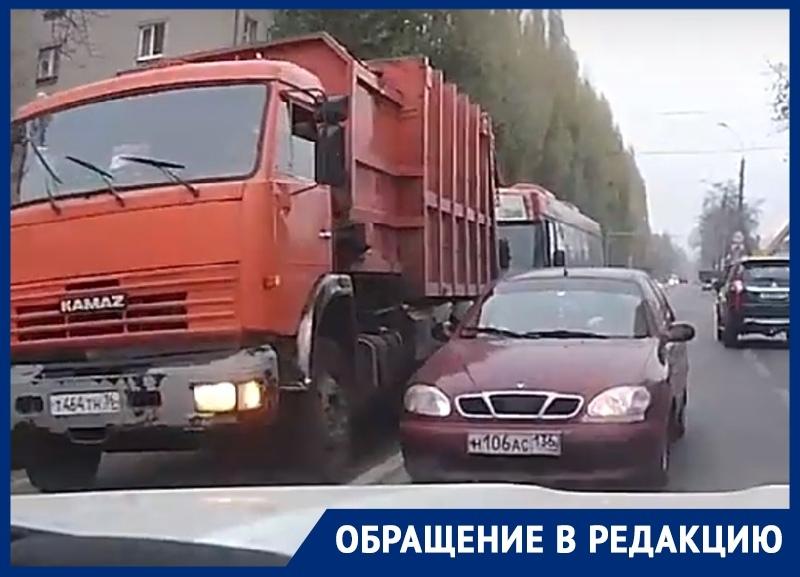 Дерзкий объезд пробки попал на видео в Воронеже