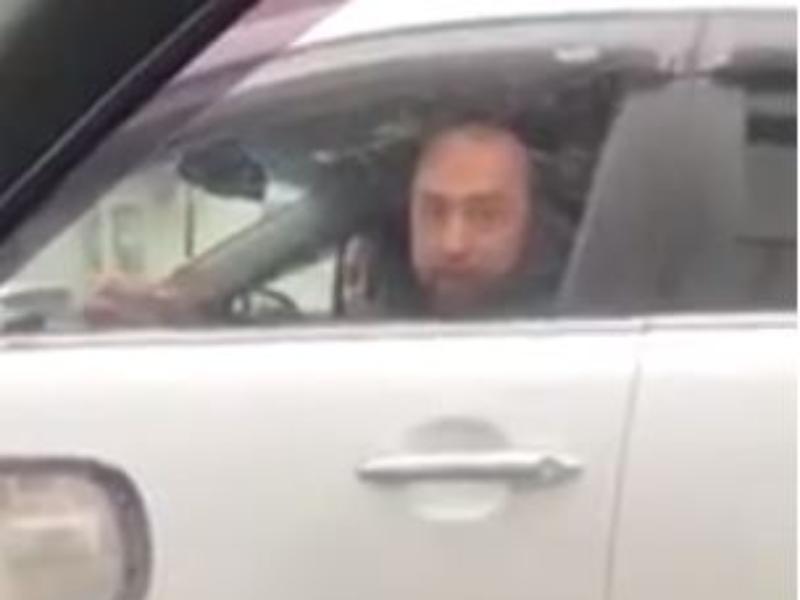 Плевок водителя внедорожника в девушку попал на видео в Воронеже
