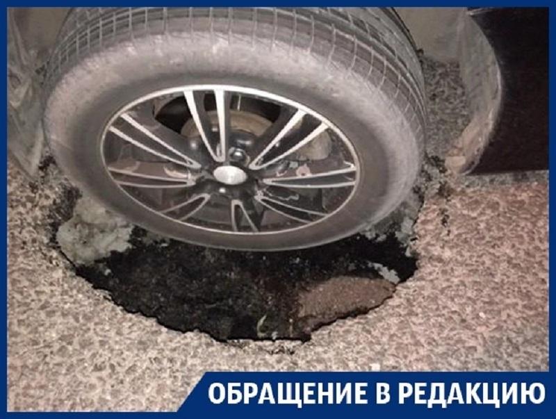 Водитель разбил машину о яму в центре Воронежа