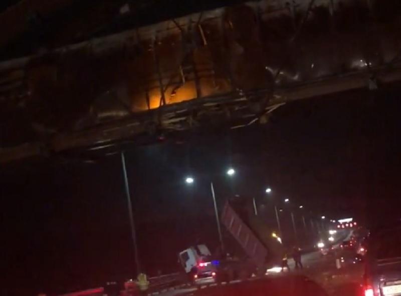 Последствия столкновения фуры с мостом под Воронежем попали на видео