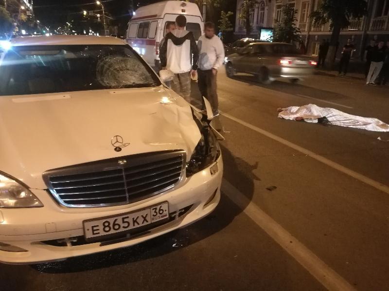 Mercedes с блатными номерами насмерть сбил женщину в центре Воронежа
