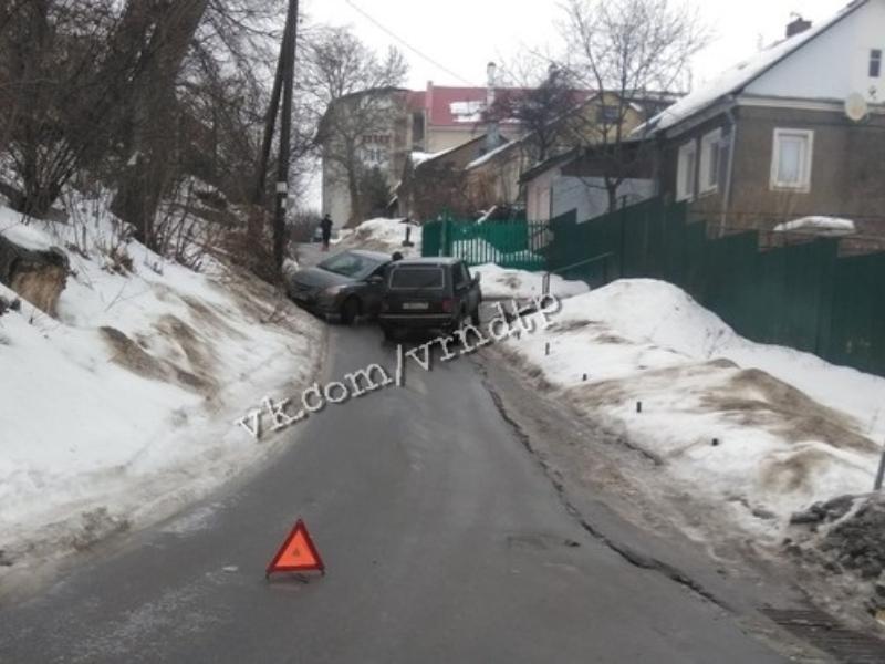 В Воронеже гололед свел «два одиночества» на узкой дороге