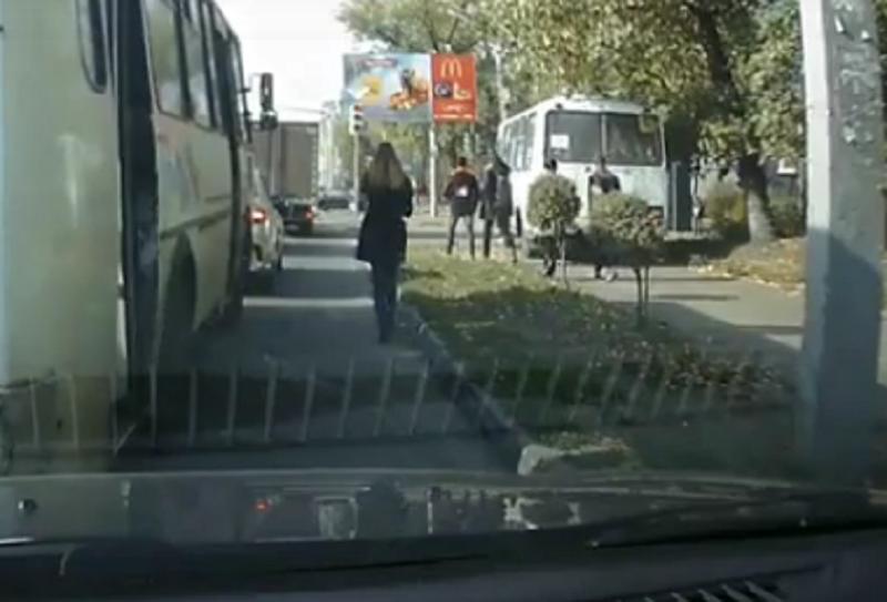 Езда по тротуару мимо воронежцев обошлась маршрутчику в две тысячи рублей