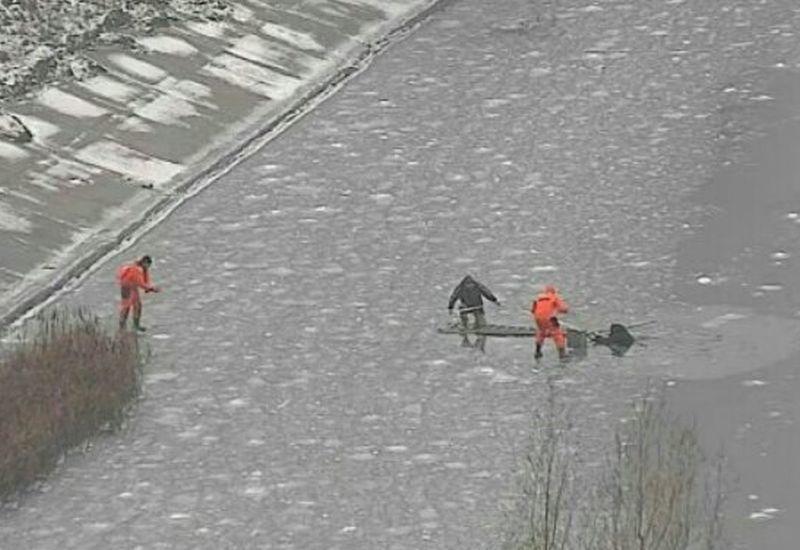 Воронежские cотрудники экстренных служб вытянули изводохранилища рыбака, провалившегося под лёд
