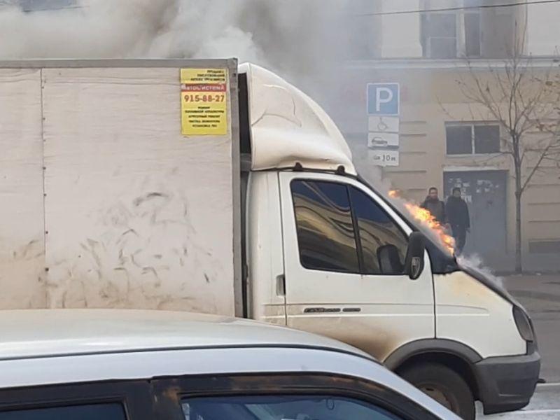 На оживленной улице Воронежа посреди дороги вспыхнула «Газель»
