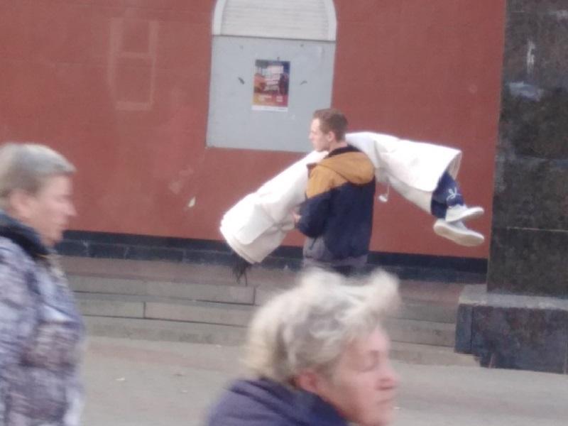 Завернутого в белую ткань человека носили по центру Воронежа