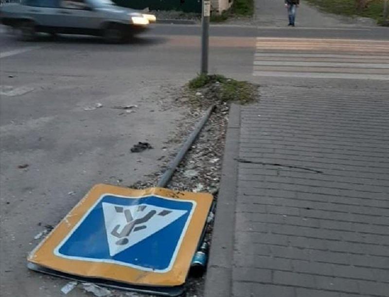 Дорожный знак стал жертвой выходных в Воронеже
