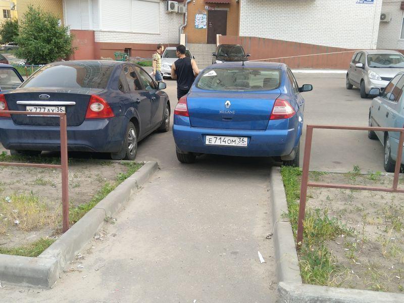 Потерявшее совесть Renault запечатлели в воронежском дворе