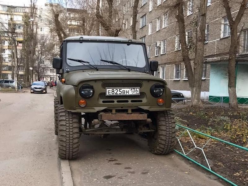 Брутальный УАЗ показал превосходство над простыми смертными в Воронеже