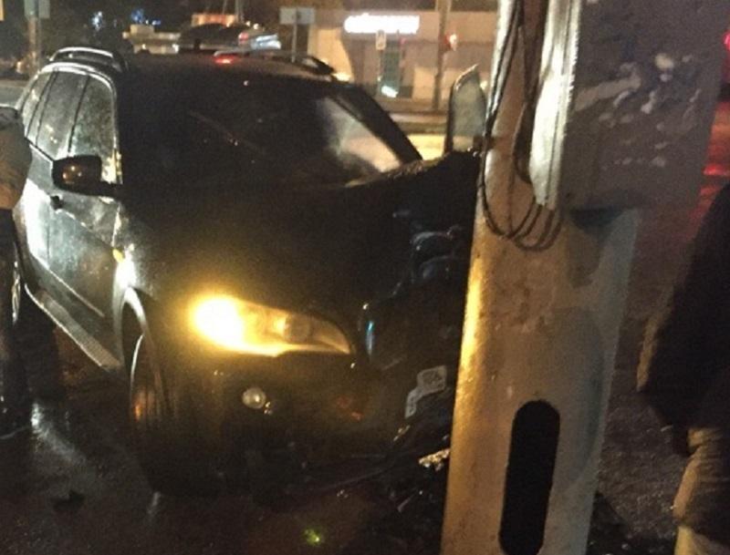 Последствия встречи BMW X5 со столбом сняли в Воронеже