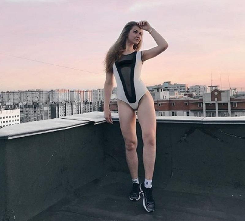 Блогершу в откровенном наряде застали на крыше в Воронеже