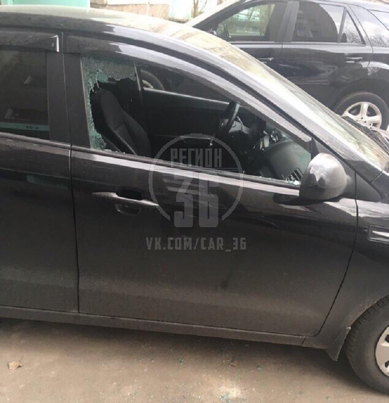 Очередной автомобиль подвергся нападению грабителей в Воронеже