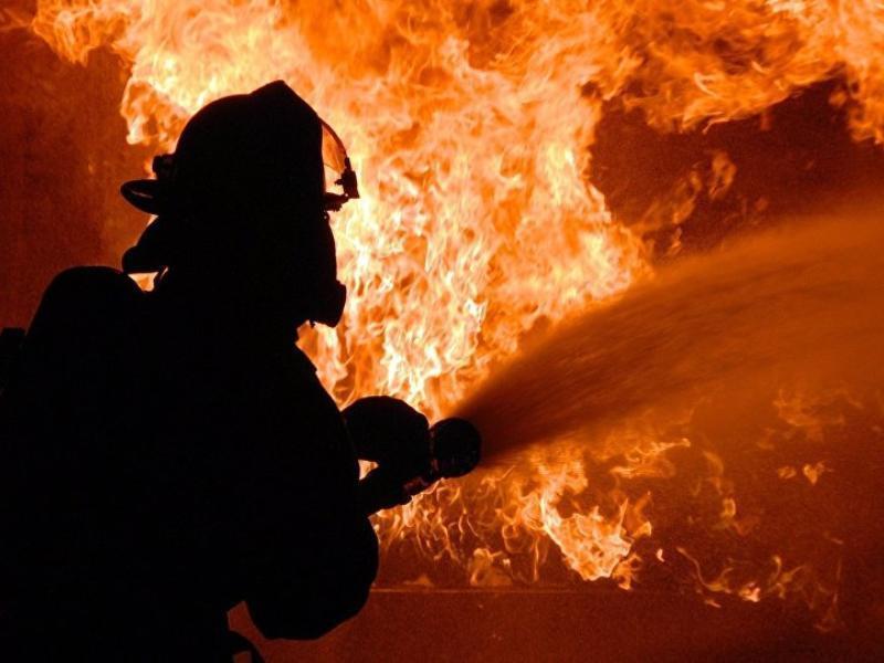Горящую парикмахерскую в Воронеже тушили три пожарных расчета