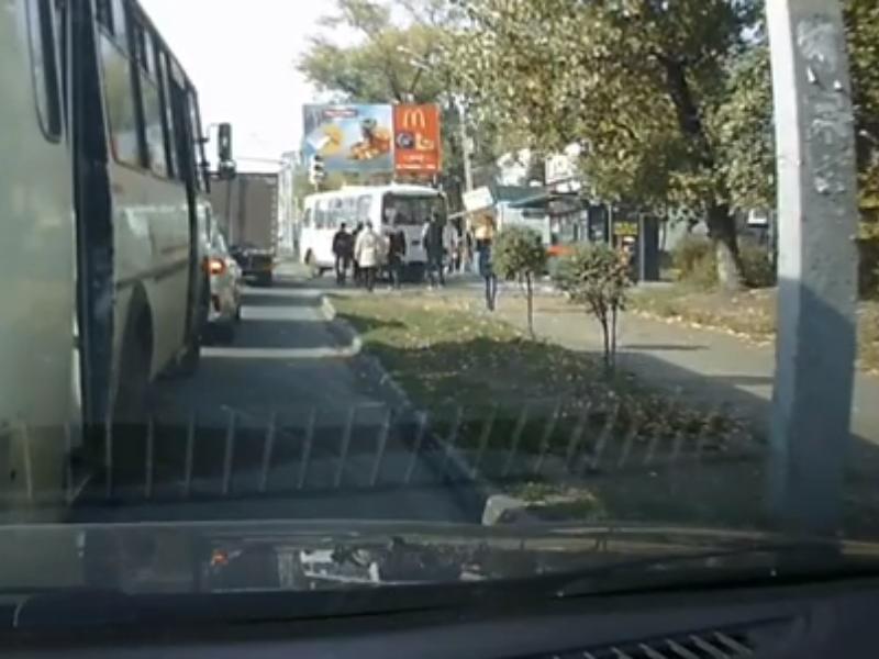 Дорожная война воронежской маршрутки и пешехода попала на видео