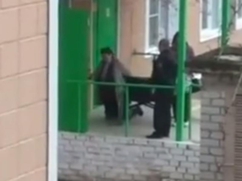 Ползущую на коленях в больницу бабушку сняли на видео в Воронеже