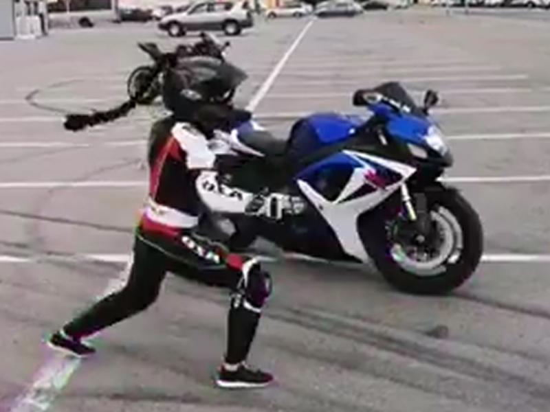 Комичный танец эффектной байкерши сняли на воронежской парковке