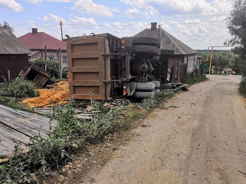 Самосвал разрушил чужой забор при отъезде от воронежского храма