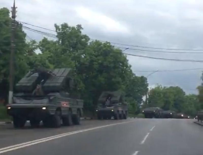 Мощнейшую колонну военной техники заметили в Воронеже