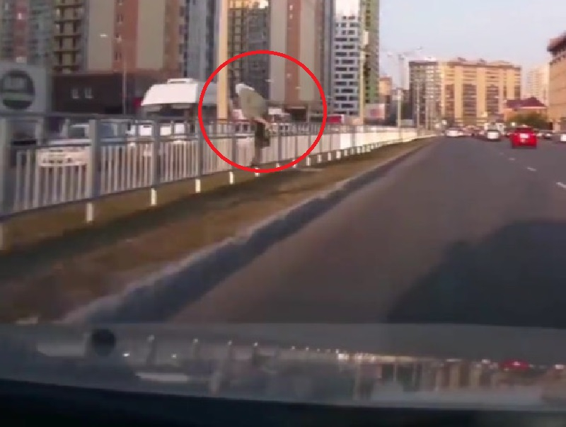 Старушка-паркурщица продемонстрировала сумасшедшую ловкость в Воронеже