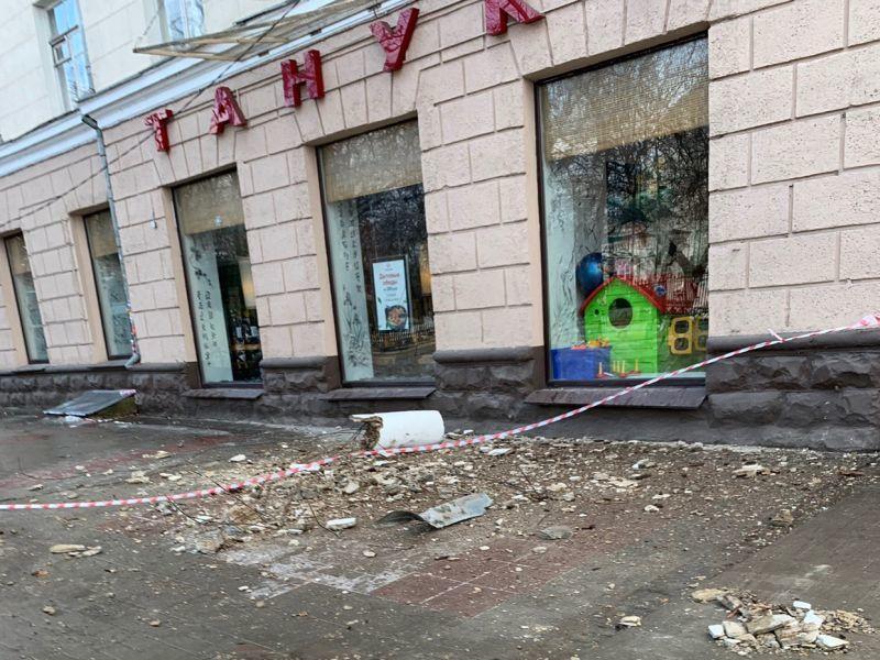 Бетонная глыба рухнула с балкона на тротуар в центре Воронежа