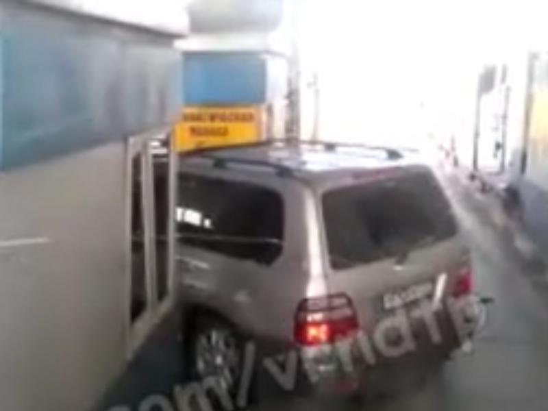 Водитель Land Cruiser отметился невероятной глупостью на пункте оплаты М-4