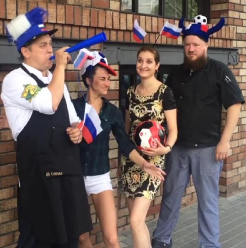 Харизматичных фанатов сборной России встретили на улице в Воронеже