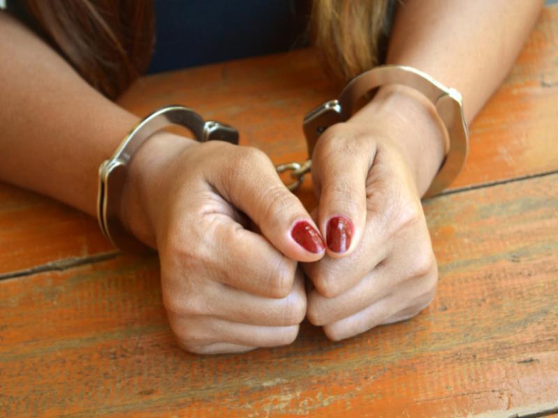 Разъяренная женщина вонзила нож в  воронежца и вызвала скорую после скандала