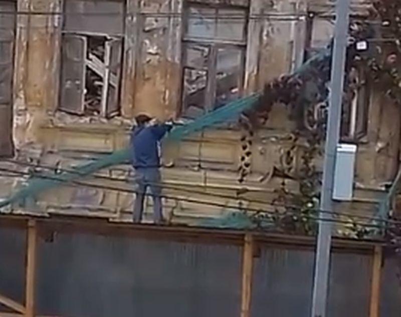 Воронежцы сняли, как мародеры разворовывают историческое здание в центре