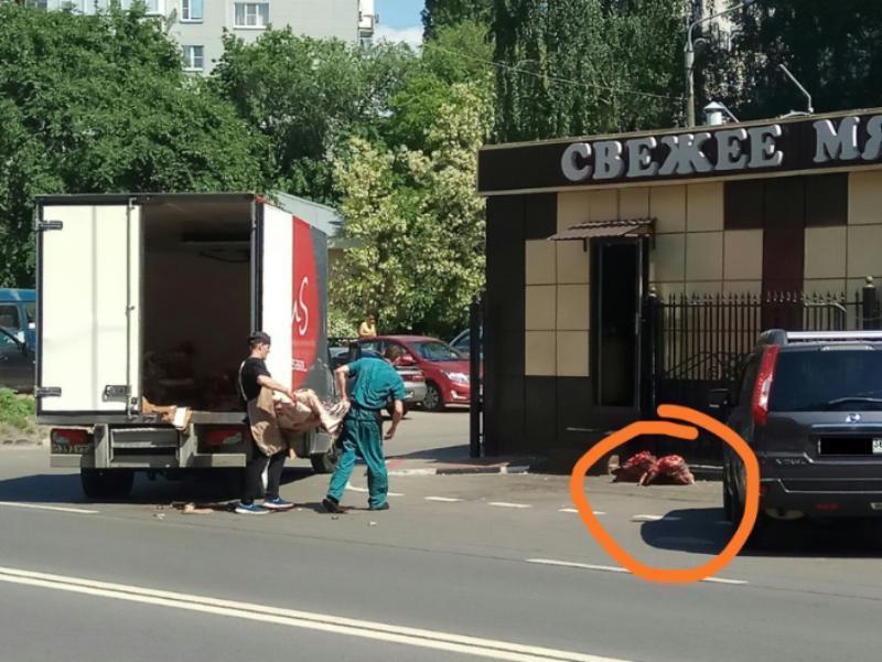 Неаппетитная транспортировка сырого мяса попала на фото в Воронеже
