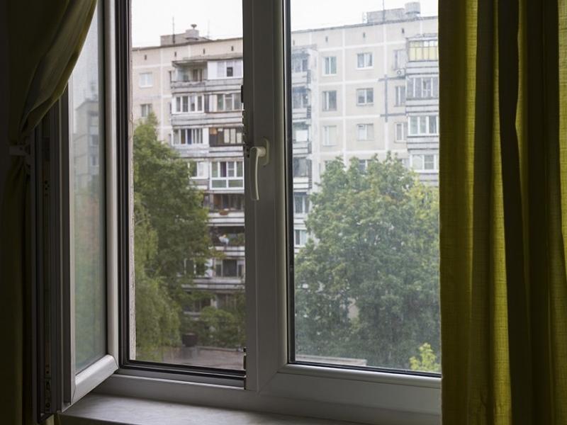 Двухлетний малыш выпал из окна многоэтажки в Воронеже