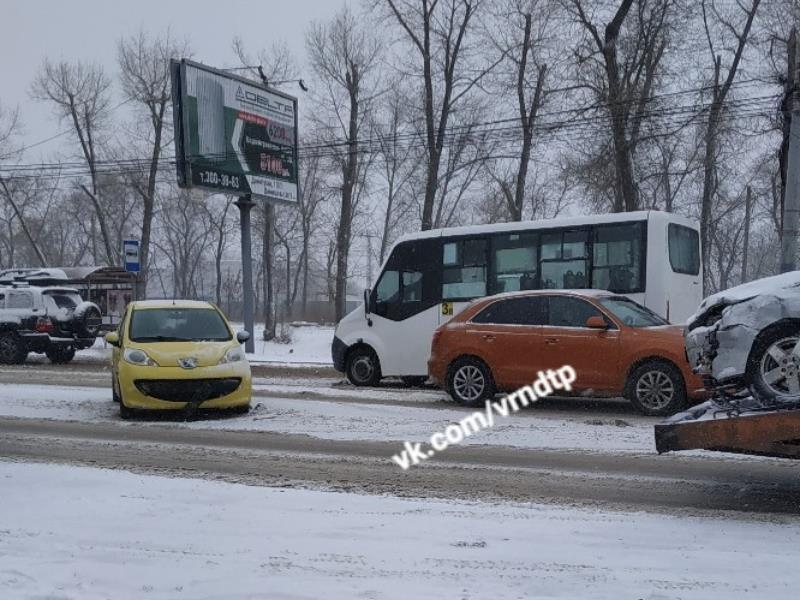 Аварии захлестнули Воронеж во время снегопада