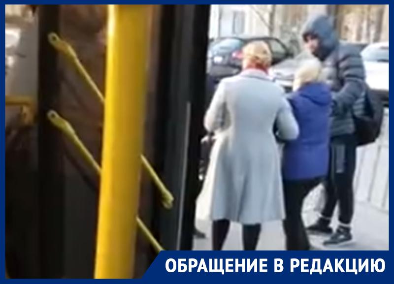Маршрутчик дверьми покалечил пассажирку в центре Воронежа