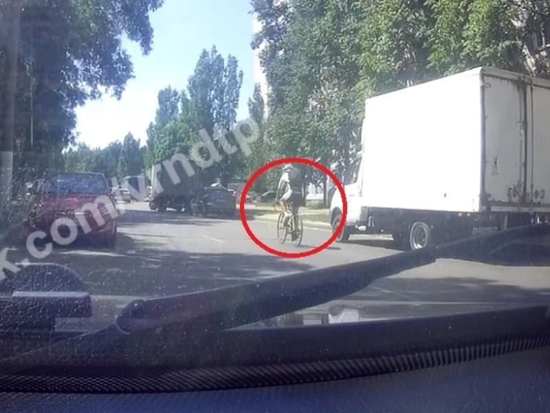 Велосипедист засмотрелся в смартфон и пошел на таран в Воронеже