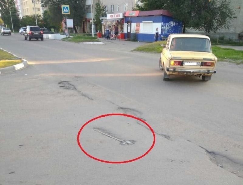Забытую в асфальте лопату провозгласили реликвией в Воронежской области