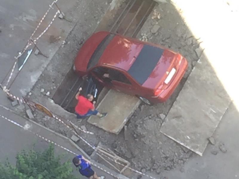 Водитель-экстремал свалился в яму и устроил переполох в Воронеже