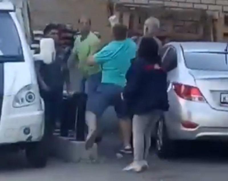 Массовая битва с сотрудниками супермаркета из-за мусора попала на видео в Воронеже